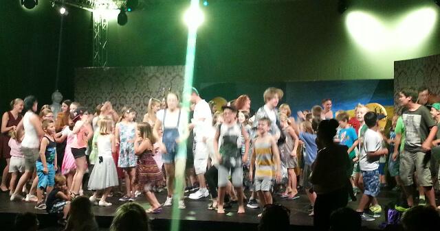 Während der zweiten Zugabe wurde die Bühne vom tanzbegeisterten Publikum gestürmt.
