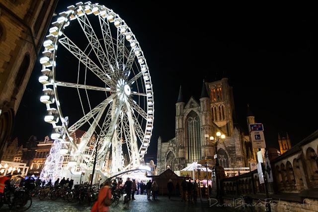 Noria iluminada en el mercadillo navideño en Gante.