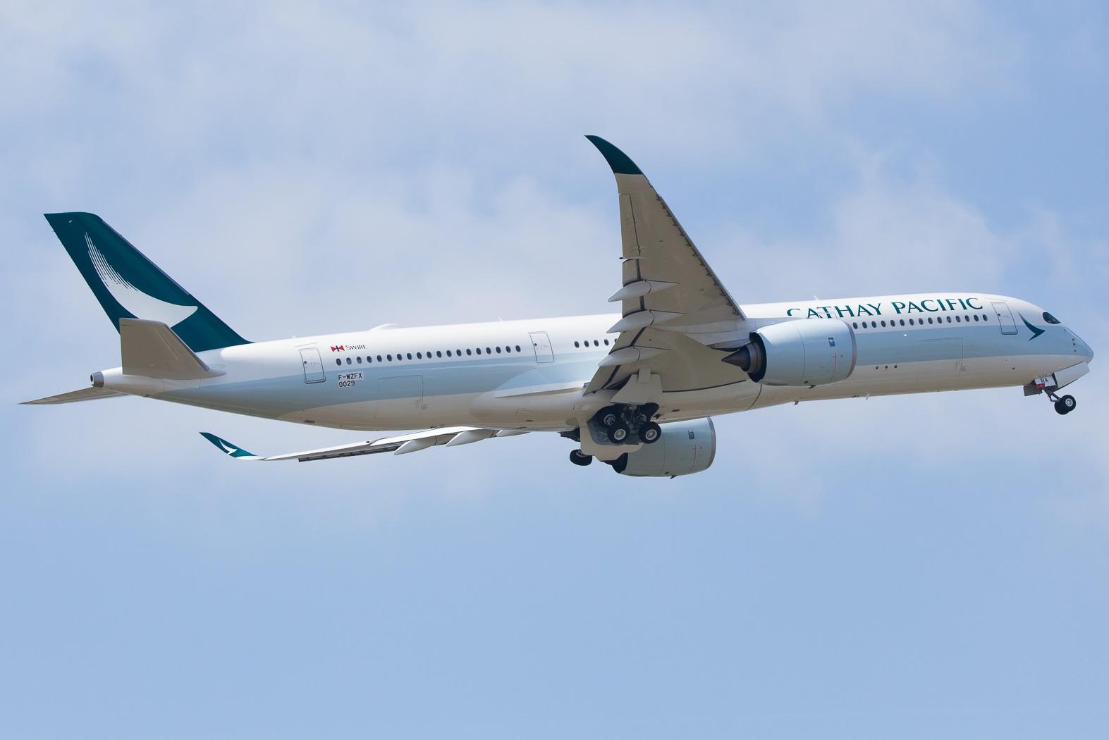 Cathay Pacific Airbus A350-900 Retracting Landing Gear In - AERONEF.NET