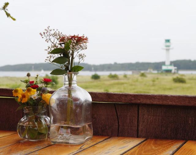 #OstseeBlogger: 25 Gründe, weshalb wir glücklich sind, an der Ostsee zu leben. In der Nähe vom Leuchtturm Friedrichsort kann man mit Blick auf die Förde frühstücken.