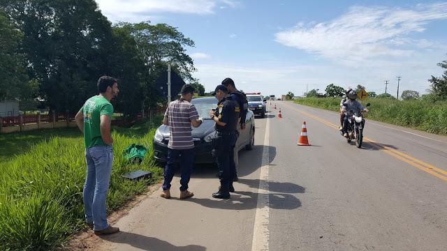 Carro é roubado e abandonado às margens da BR em Ji-Paraná