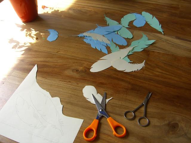 Uitgeknipte papieren veren voor moederdagknutsel.