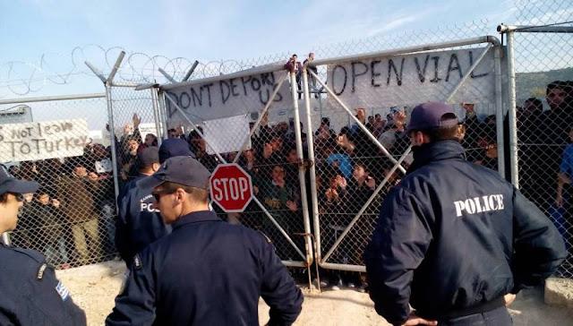 Εκτός ελέγχου η κατάσταση στη Χίο: Μετανάστες έστησαν μπλόκα στις εισόδους του hotspot της ΒΙΑΛ