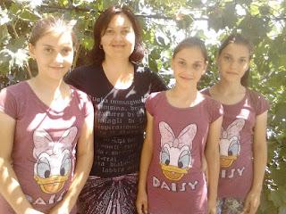 Ecaterina Stroea, alături de minunea lui Dumnezeu în viața ei, cele 3 fetițe minunate ale ei - fotografie din arhiva personală a autoarei.