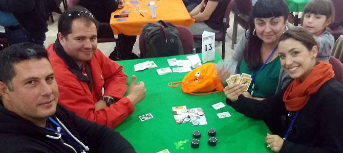 Jugadores sonrientes en una partida de Cats