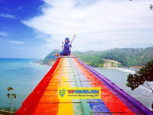 Jembatan Pelangi di Pantai Patemon Kebumen - Melukis Cahaya Di Jembatan Pelangi Watu Pawon Wisata Pantai Alami