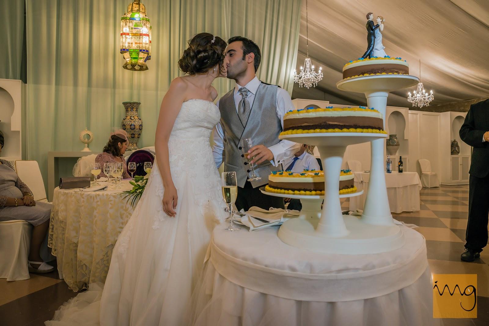 Beso de los novios al cortar la tarta