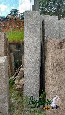 Folheta de granito apicoado cortada em tamanho especial para execução do banco de pedra.