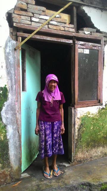 Rumah nenek Sutina yang berlobang dan ditambal seadanya