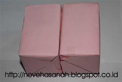 untuk membuat kerajinan tangan bentuk kotak pensil dengan hiasan stik es krim ini kita melekatkan dua buah kotak teh pada salah satu sisinya