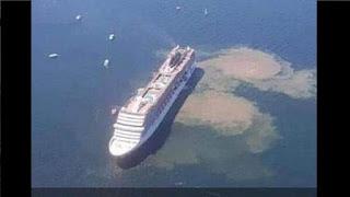 Navio de cruzeiro da descarga no oceano