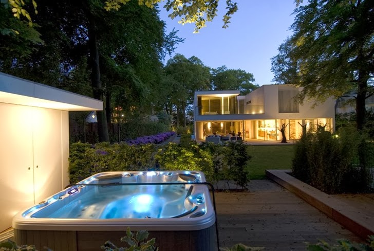 Hot tub in the backyard of Modern home by Clijsters Architectuur Studio