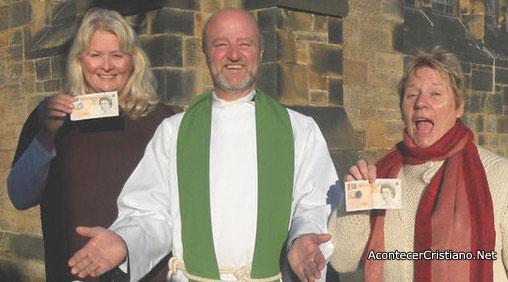 Pastor anglicano distribuye dinero a miembros de su iglesia