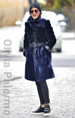 オリヴィア・パレルモ(Olivia Palermo)は、モンクレール (Mocler)のニット帽、ルスペックス(Le Specs)のサングラス、マクシミリアン(Maximilian)のコート、ジェイブランド(J Brand)のレギンスパンツ、ロジェヴィヴィエ(Roger Vivier)のスリッポンを着用。