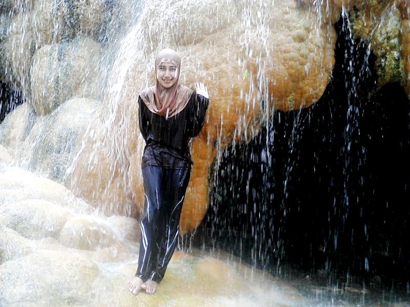Githa Algian Yusnia Putri cawek cantik mandi di air terjun Batu raden