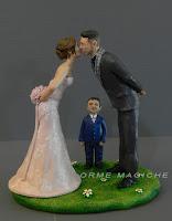 statuine torta sposi che si baciano bacio romantico cake topper con bambino orme magiche