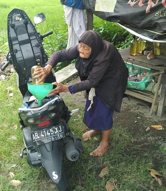 Meski Sering Diusili Orang, Nenek Penjual Bensin Yang Sudah Sangat Renta Ini Tetap Berusaha Ikhlas