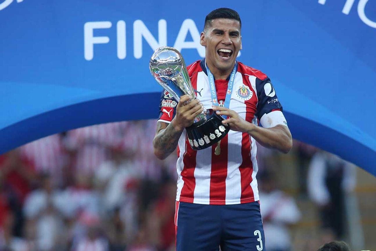 Carlos Salcido levanta la Copa.