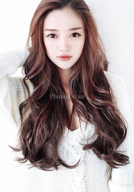 BẢNG GIÁ LÀM TÓC HỌC PHÍ CÁC KHOÁ Kiểu tóc đẹp hàn quốc hot nhất 2016 2017  1. Tóc dài xoăn sóng  Không chỉ mang lại vẻ ngoài cuốn hút, sành điệu cho bạn gái mà tóc dài xoăn sóng còn giúp gương mặt bạn gái trở nên thon gọn bởi những lọn tóc xoăn bồng bềnh che đi vùng xương quai hàm thô. TOP 6 KIỂU TÓC UỐN XOĂN SÓNG NHẸ ĐẸP NHẤT 2017TOP 6 KIỂU TÓC UỐN XOĂN SÓNG NHẸ ĐẸP NHẤT 2017TOP 6 KIỂU TÓC UỐN XOĂN SÓNG NHẸ ĐẸP NHẤT 2017 2. Tóc ngang vai  Kiểu tóc này hiện đang được nhiều hot girl và người nổi tiếng lăng xê đồng loạt ,không phải tự nhiên mà mốt tóc này lại hot như vậy. Kiểu tóc này có độ dài chấm vai được uốn xoăn để tăng khả năng bồng bềnh và che khuyết điểm cho mặt.  TOP 6 KIỂU TÓC UỐN XOĂN SÓNG NHẸ ĐẸP NHẤT 2017  Mái tóc ngang vai được nhiều bạn gái yêu thích từ lâu  TOP 6 KIỂU TÓC UỐN XOĂN SÓNG NHẸ ĐẸP NHẤT 2017TOP 6 KIỂU TÓC UỐN XOĂN SÓNG NHẸ ĐẸP NHẤT 2017 3. Tóc bob  Tóc bob là những kiểu tóc ngắn có độ dài đến xương quai hàm. Bạn có thể chọn style tóc này theo với kiểu biến tấu như để thẳng, làm xoăn,uốn cụp, …Vì dáng tóc này ômvào xương hàm nên có khả năng giúp bạn gái ăn gian diện tích gương mặt đáng kể. TOP 6 KIỂU TÓC UỐN XOĂN SÓNG NHẸ ĐẸP NHẤT 2017  Kiểu tóc ôm sát gương mặt khắc phục nhược điểm mặt thô  TOP 6 KIỂU TÓC UỐN XOĂN SÓNG NHẸ ĐẸP NHẤT 2017TOP 6 KIỂU TÓC UỐN XOĂN SÓNG NHẸ ĐẸP NHẤT 2017 4. Tóc rẽ ngôi giữa  Kiểu tóc rẽ ngôi giữa đang trở thành xu hướng càn quét thời trang thu đông năm nay.  Kiểu tóc rẽ ngôi giữa không chỉ giúp bạn gái trở nên dịu dàng, nữ tính, mà còn phù hợp với mọi kiểu gương mặt và giúp che khuyết điểm hoàn hảo. TOP 6 KIỂU TÓC UỐN XOĂN SÓNG NHẸ ĐẸP NHẤT 2017  Xuất hiện từ những năm 90, nhưng xu hướng này thời gian gần đây được nhiều bạn trẻ yêu thích  TOP 6 KIỂU TÓC UỐN XOĂN SÓNG NHẸ ĐẸP NHẤT 2017TOP 6 KIỂU TÓC UỐN XOĂN SÓNG NHẸ ĐẸP NHẤT 2017TOP 6 KIỂU TÓC UỐN XOĂN SÓNG NHẸ ĐẸP NHẤT 2017 5. Tóc dài để thẳng  Đây là kiểu tóc huyền thoại quen thuộc có thể phù hợp với tất cả các bạn gái, không cần tạo kiểu cầu kỳ, mà bạn chỉ cầ