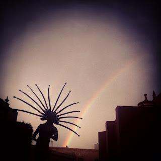 Al llegar al centro de Querétaro el indígena chichimeca nos recibe con un imponente arco iris. Me pregunto qué hubiera sucedido en el mundo si los indígenas no hubieran sido conquistados. ¿Hubieran estos seres humanos destruido a la naturaleza y al planeta igual que lo hicieron y lo está haciendo la cultura europea occidental?