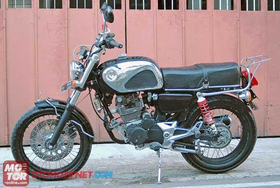 Foto Modifikasi Honda GL dengan membenamkan boring plus silinder head Yamaha Scorpio pada mesin GL comot tangki Honda Dream dan memasang lampu bulat. Sein bulat dan stop lamp Suzuki TS 125 ban depan dan ban belakang merk Corsa