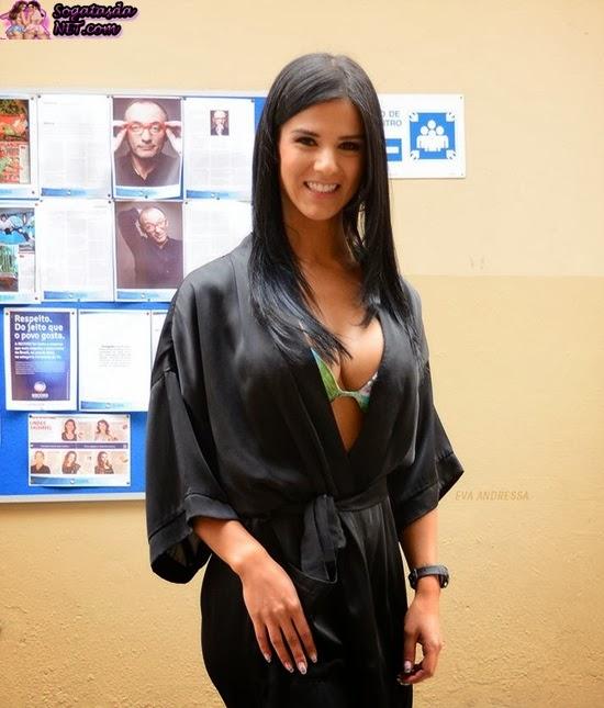 Eva Andressa - Foto na academia de roupão