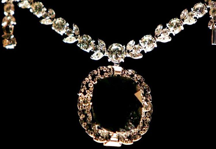 195 karatlık bu kara elmas kolye oldukça şık görünmesine rağmen tüyler ürpertici bir geçmişe sahiptir.