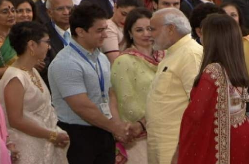 Narendra Modi greets Aamir Khan and Shahrukh Khan at Sir HN Reliance Foundation Hospital inauguration event