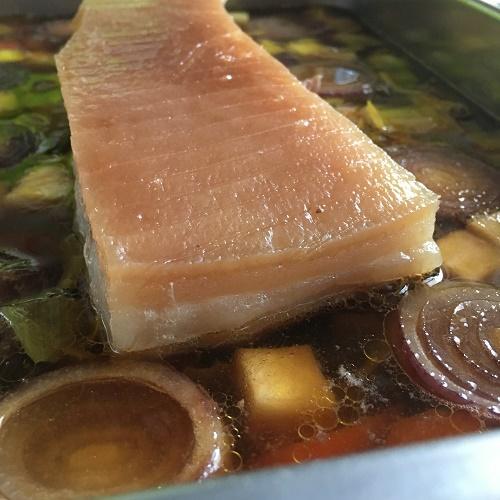knuspriger Schweinebauch mit Schmorgemüse und Senf-Bier-Sauce