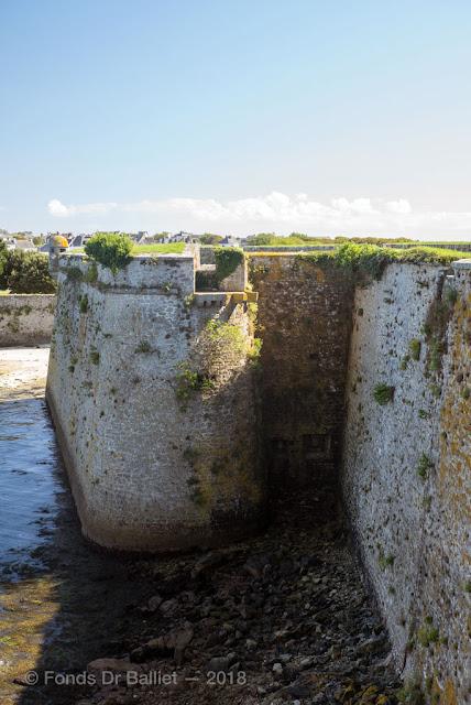 Citadelle de Port-Louis, bastion Desmourier. Latrines (détail)