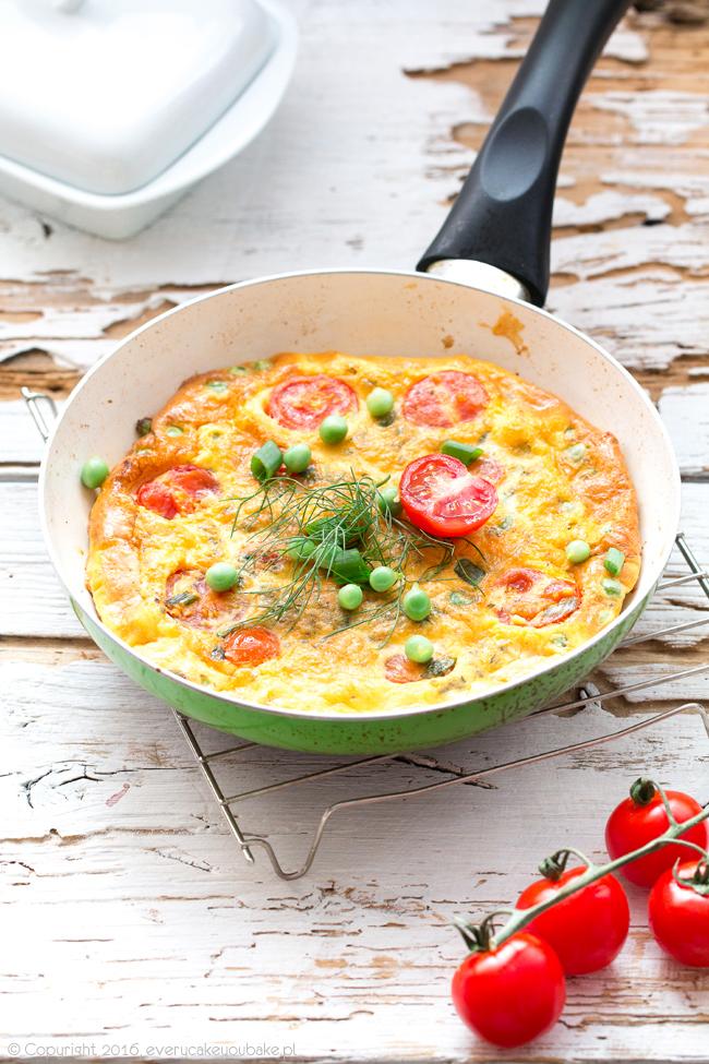 włoski omlet frittata z groszkiem, pomidorkami koktajlowymi i miętą