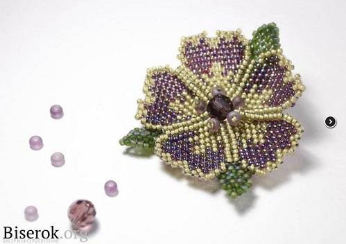 A Curved Beaded Flower Brooch Tutorial