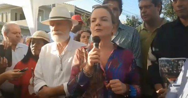 Gleisi propõe liberdade de Lula para poupar gastos do Estado