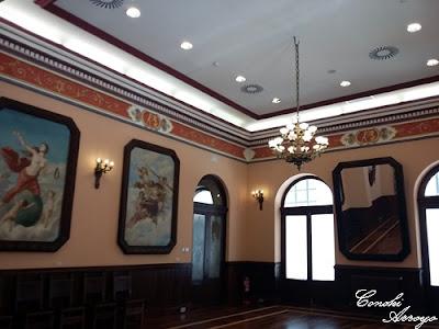 Sala de Armas con suelo de madera y grandes cuadros en las paredes, Casino de Murcia