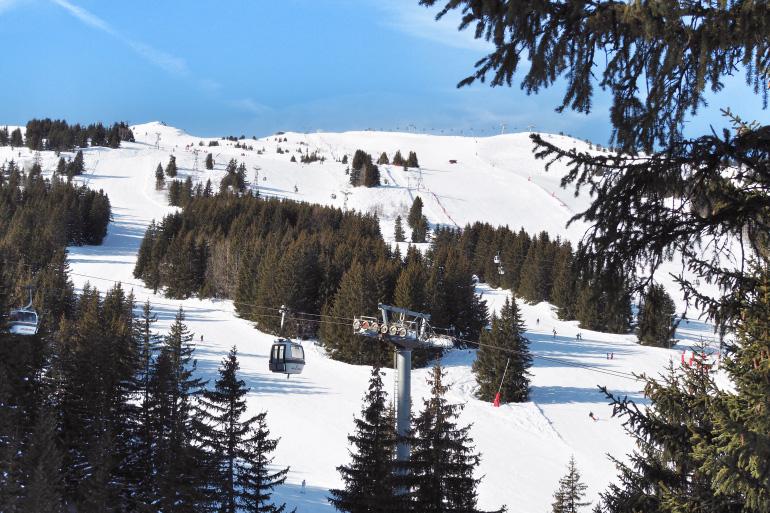 Télésiège et piste de ski à Courchevel