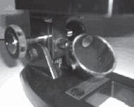 cermin dan pemutar naik-turun meja preparat (diafragma terletak di atas cermin)