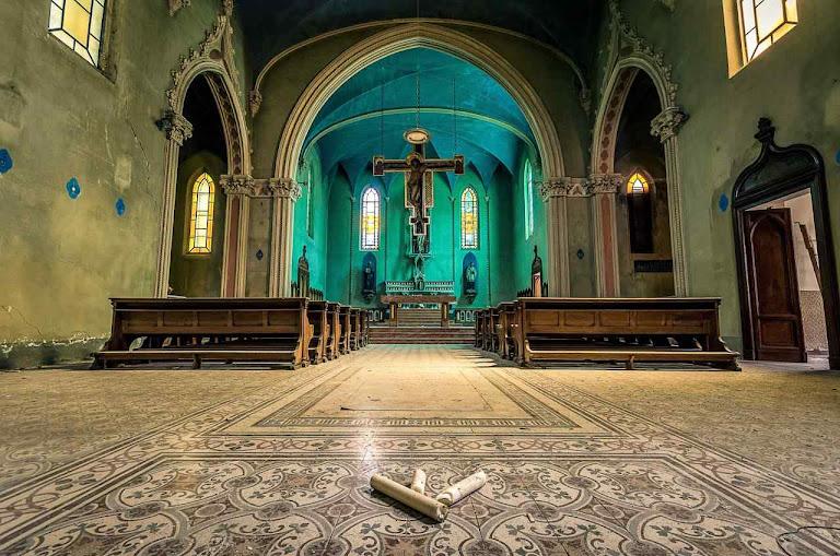 Chamada 'igreja azul' foi ligada a um seminário também abandonado. Uma aparição de Nossa Senhora teria acontecido no século XV