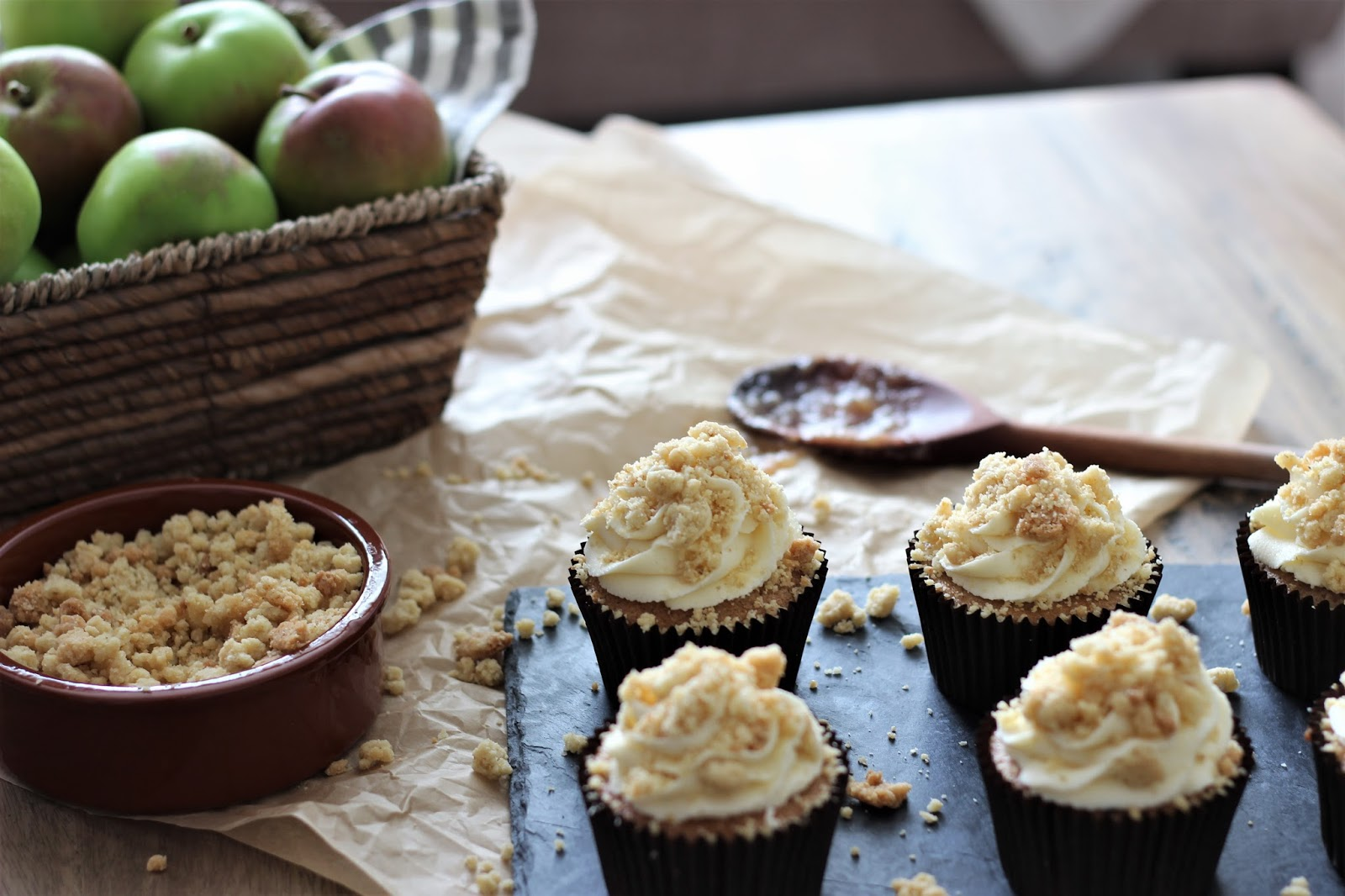 Apple-crumble-cupcakes-with-maple-syrup-buttercream