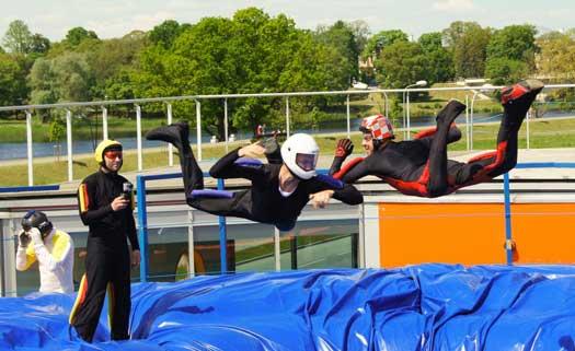 pelatihan terjun payung Mengapa Tidak Ada Parasut dan Kursi Lontar di Pesawat Komersial?
