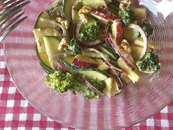 Ensalada de manzana, calabacín y brócoli