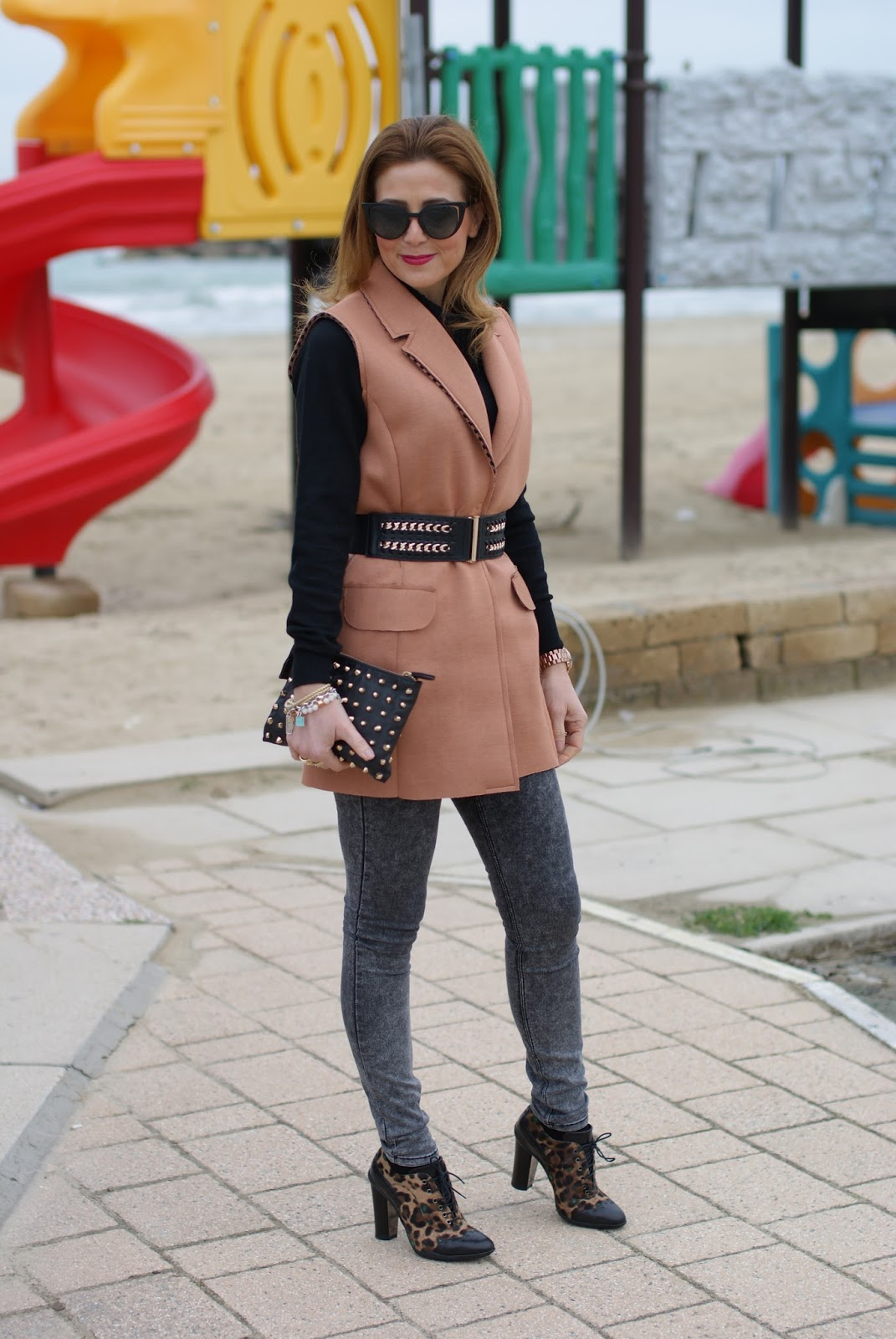 How to spice up a simple outfit with a camel sleeveless jacket, Fendi sunglasses from Giarre.com and skinny jeans on Fashion and Cookies fashion blog, fashion blogger style