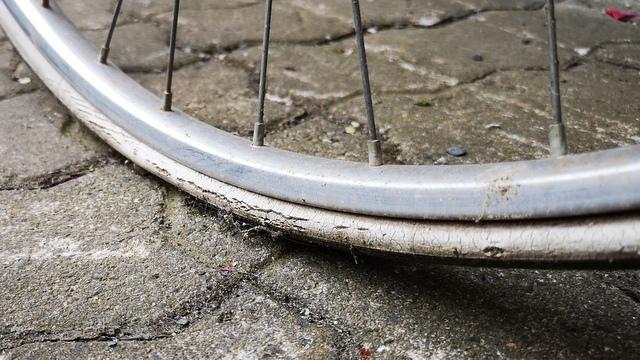 Fahrrad Reifen alt mit Platten und Rissen