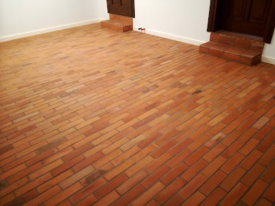 Salon z ceglaną podłogą