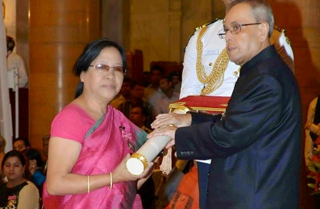 Sarungbam Bimola Kumari Devi receiving the Padma Shri award from President Pranab Mukherjee