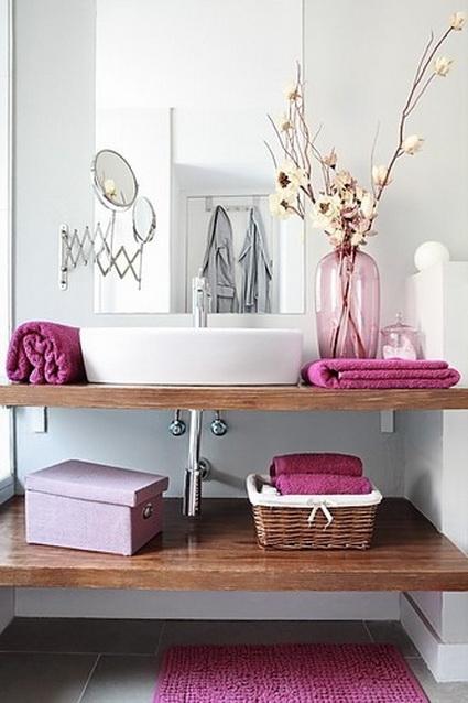 Baño decorado con objetos violetas