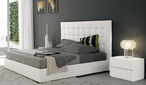 Consigli per la casa e l 39 arredamento idee per imbiancare una camera con letto bianco e - Parete grigia camera da letto ...
