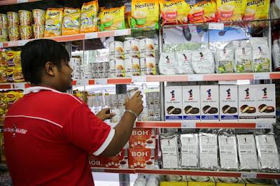 Kedai Rakyat 1 Malaysia  Tutup,, Pekerja Sibuk Bungkus Barang