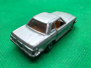メルセデスベンツ 450SL のおんぼろミニカーを斜め後ろから撮影