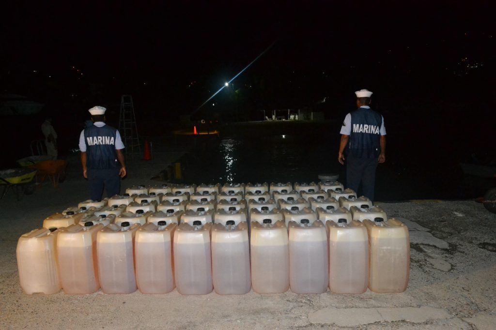 Marina asegura 2 mil 400 litros de combustible en costa de Guerrero.