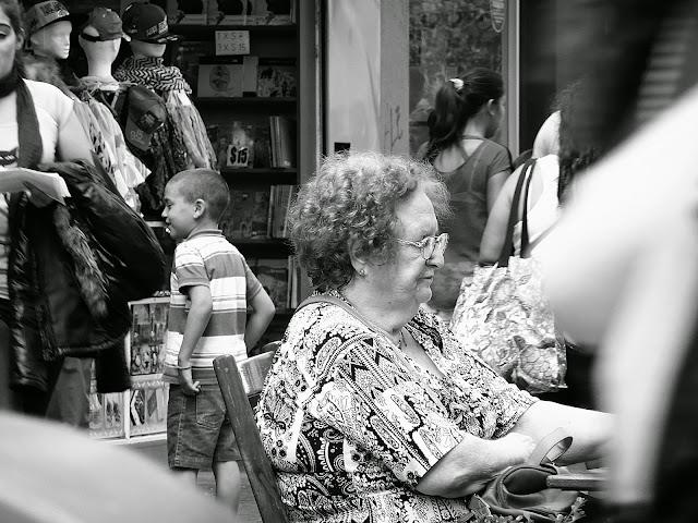 Sscena B y N mujer en peatonal San Martin(M.del PLata)